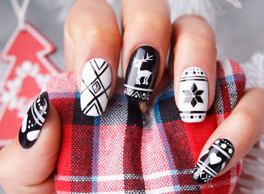 christmas motifs in black and white - White Christmas Nails